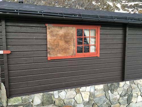 Knust vindu på Tjønnebu