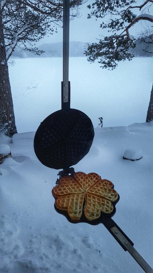 Steik vaflene på bålet.