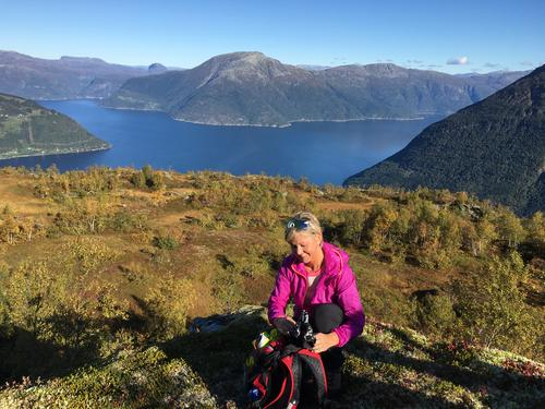 Dronningstien. Sørfjorden og Eidfjorden med Oksen i det fjerne. Kristine Krog tar seg en liten pause.