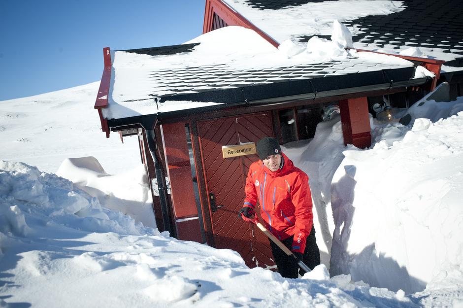 SNØMÅKING: En viktig oppgave for hyttevaktene er å måke vekk snøen slik at døra er åpen når du kommer.