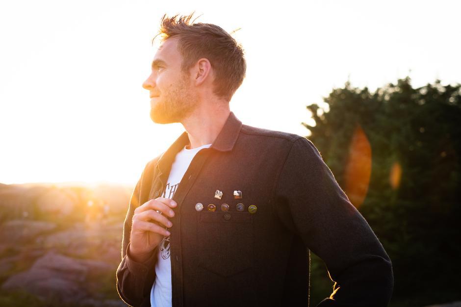 MANGE VARIANTER: Pins passer til alt, og kan plasseres mange steder, som her på skjortebrystet. John Petter Nordbø på bildet.