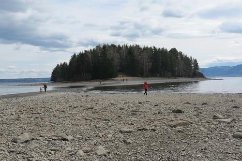 Til fots på Helgøya
