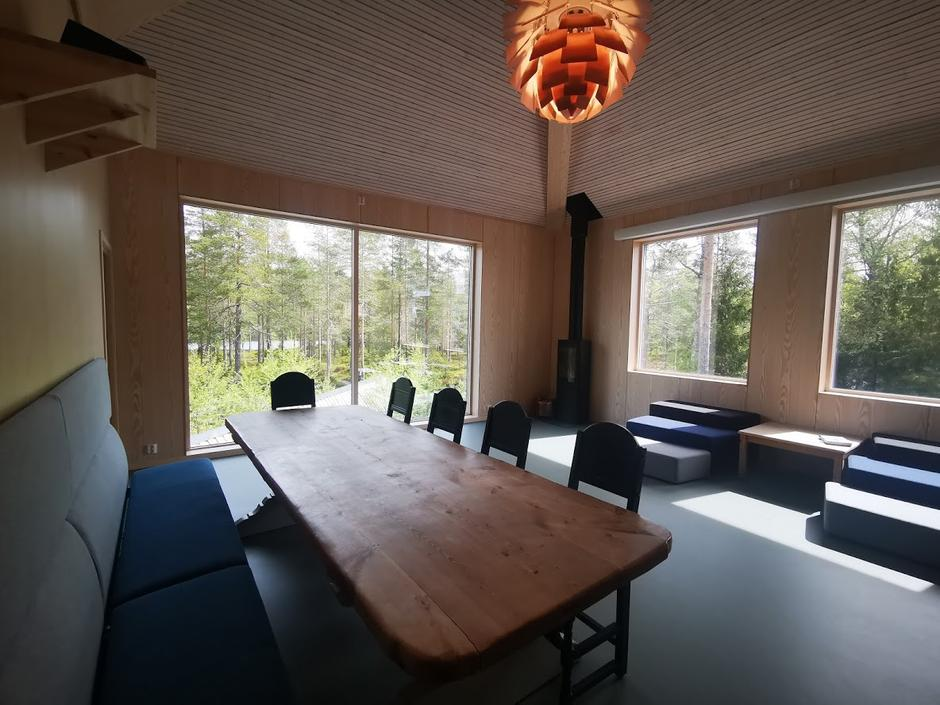 Oppholdsrommet i det nye sovehuset har utsikt ut i skogen og ned mot tjernet.