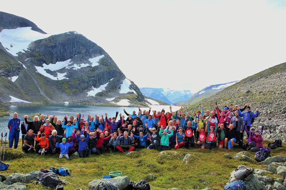 Alle 85 deltakarane frå fellesturen med Indre Sunnfjord Turlag og Indre Nordfjord Turlag.