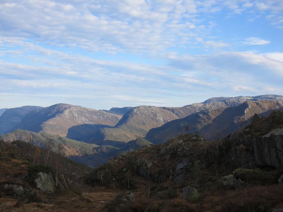 Fine formasjoner på andre siden av Bolstadfjorden