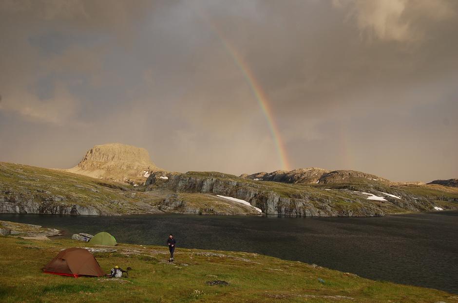 Regnbuen over Hårteigen var starten på et voldsomt tordenvær med påfølgende styrtregn. Alle telterne kom kjapt inn i hytta. Det var ikke noe problem for den dyktige hyttevakten, som fant plass til alle.