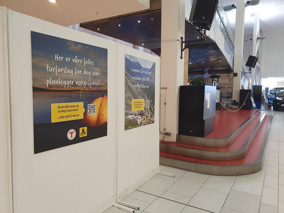 Store plakater utenfor utstillingen