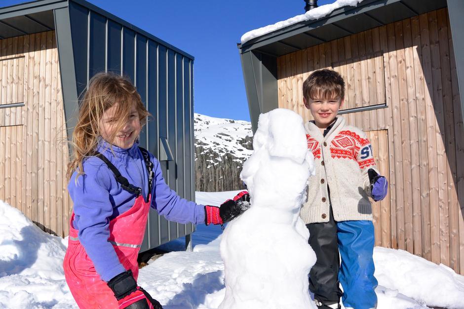 Ta livet med ro på ei hytte i påsken, så får ungene tid til å lage snømann og du sitte i solveggen.