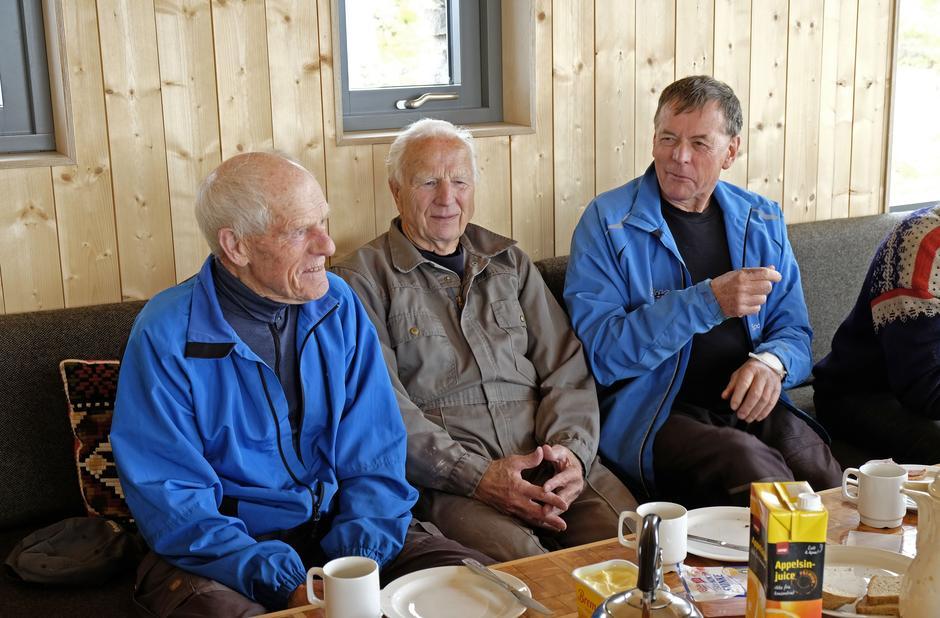 God stemning rundt lunsjbordet på nye Breidablik mandag. Bjarne Huse til venstre sammen med venner og dugnadsfolk.