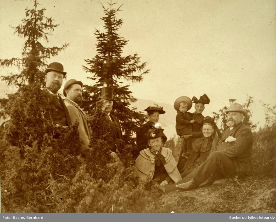 Bernhard Bache med familien på skogstur på Krokskogen.