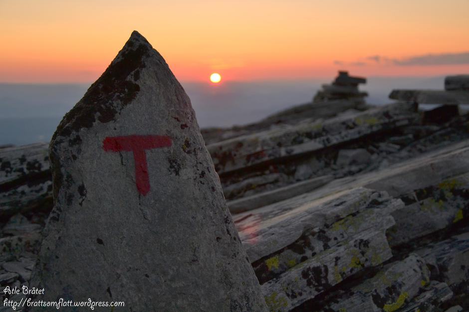 DNT-ruta over Høgronden 2115 moh i Rondane en tidlig morgen i juli.