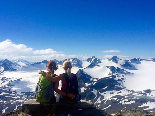 Bilde av meg og min søster under oppstigningen til Surtningssue fra Memurubu torsdag 20.8.15 like ved nødbua på ca 2100 moh. Utsikt mot vestre og austre Memurububre