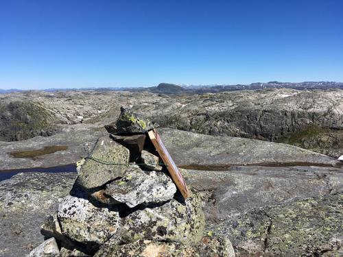 Høgaste punktet ligg på 1254 moh - ingen ruvande topp, men det er ein liten varde på toppen - og utsikten er fantastisk . Hjelmeland kommune har kodejaktpost her i 2018 !