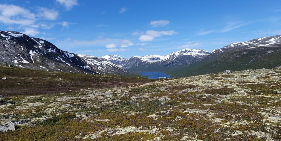 Mot Ulvådalsvatnet og Vakkerstøylen, Storfjellet i bakgrunnen.