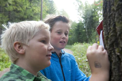 """Oliver Fehn (11) og Emil Tobias Langhus Bye (11) prøver seg på """"Turtippen""""."""
