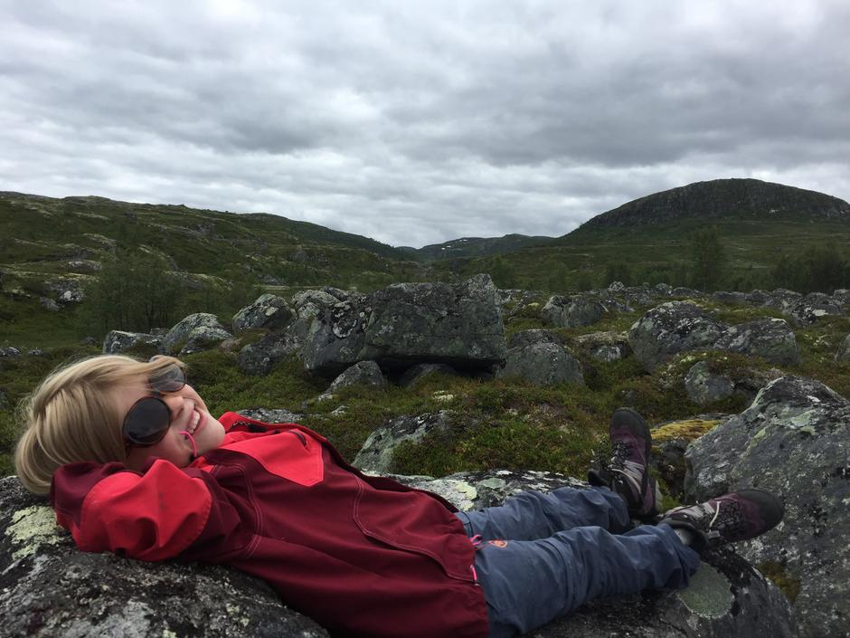 En liten hvil på steinsofaen på Hardangervidda.