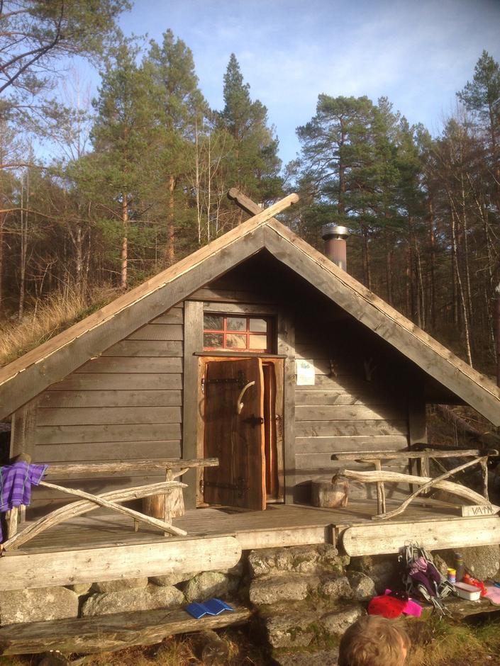 Olderbotn-hytta ligg fint til i skogen ovanfor Valen. Du passerer på veg til fjells.
