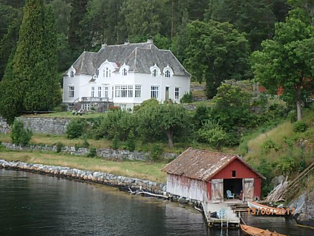 Godseigar Rumohr sitt hovedhus i Frønningen