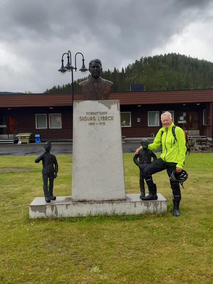 Ved Sigurd Lybecks statue