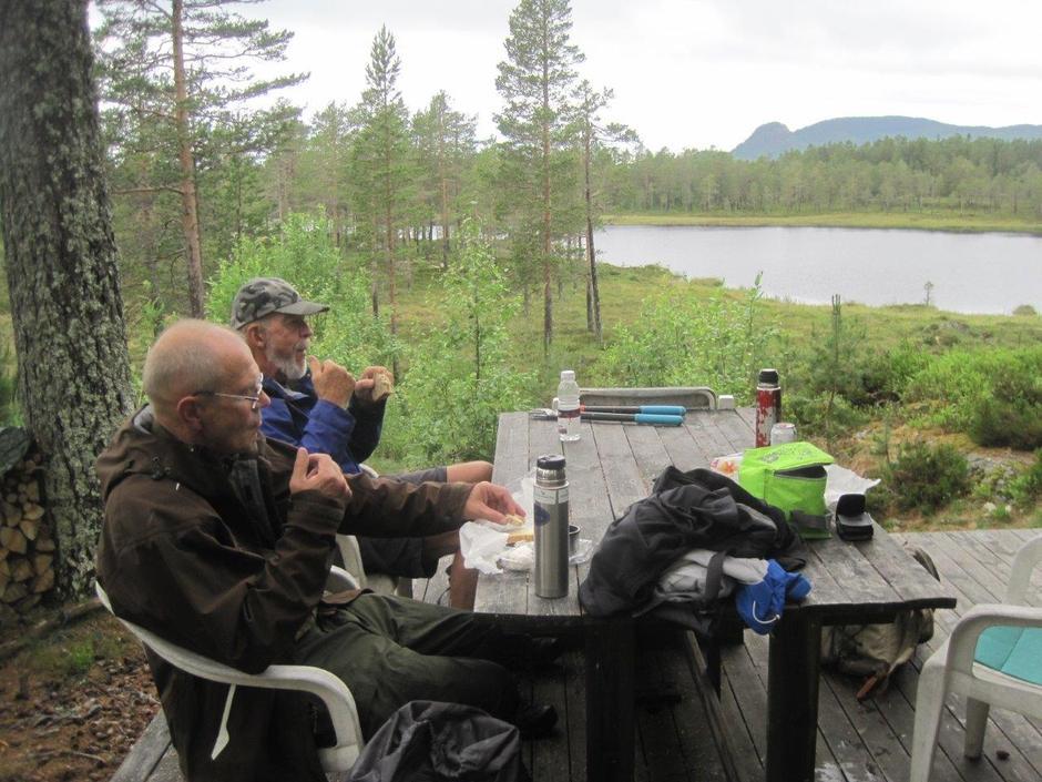 Axel, Arne og Erik tar en rast ved Røstesetertjern.