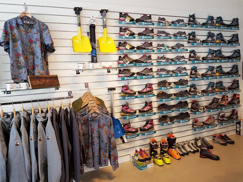 Et stort utvalg av sko fra Scarpa, samt kule og fantastisk gode skjorter, jakker med mer til herrer fra Maloja