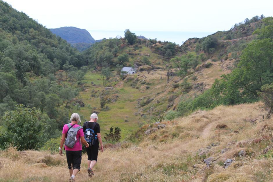 Stien fra Fidsel går nesten rett fram. Huset på Dåtland skal passeres.