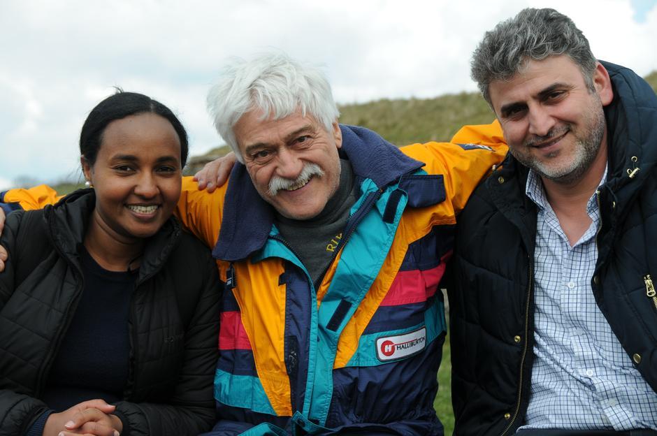 Dirk Kroon tar et godt tak rundt Luwan Atem og Ahmed Al-Lebabidi. Selv kom han fra Holland til Norge for 40 år siden, og mener at språket er nøkkelen til et godt liv i Norge.