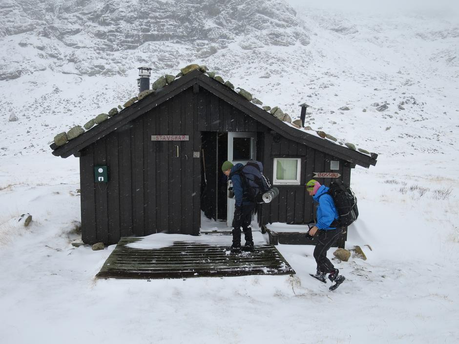 En kort stopp på Stavskar – det er godt å få ly for vinden.