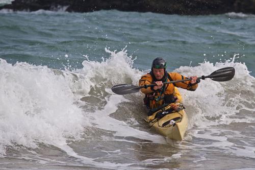Surf og lek blant bølger og skjær