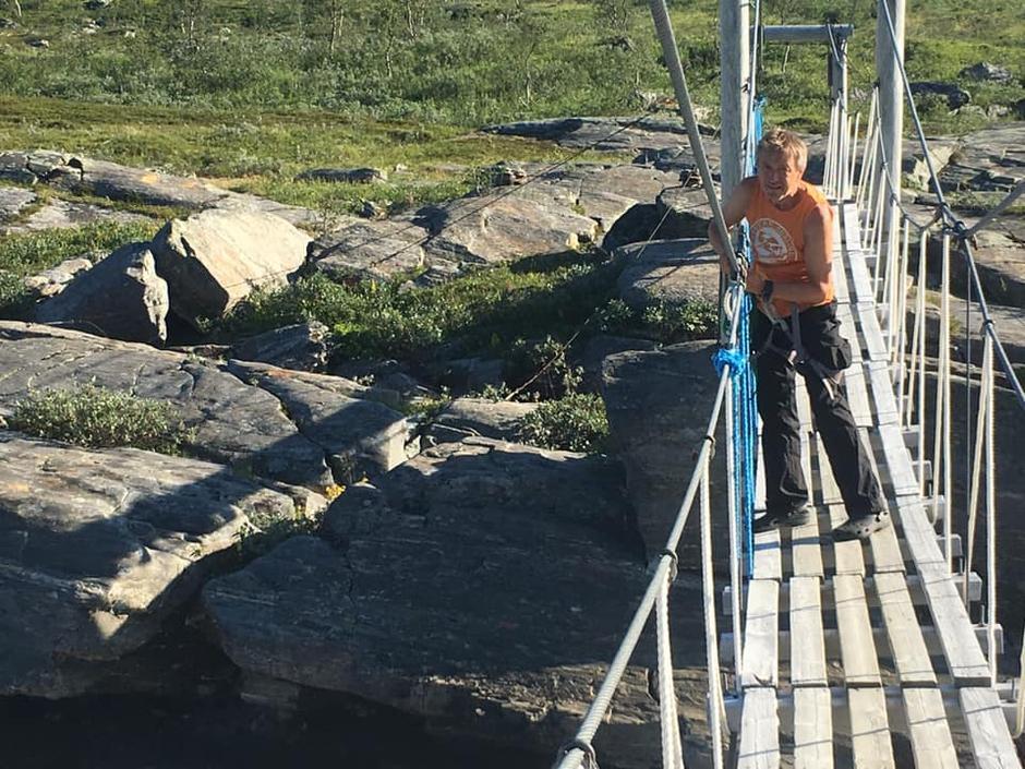 Bytting av tau på brua over Rostaelva, uka før Monsen med følgere og NRK kom til Indre Troms i 2018.