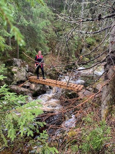 Vi skal over bekker (med og uten bro), klatre over falne trær, det kan være bratt og ulendt - viktig med gode sko!