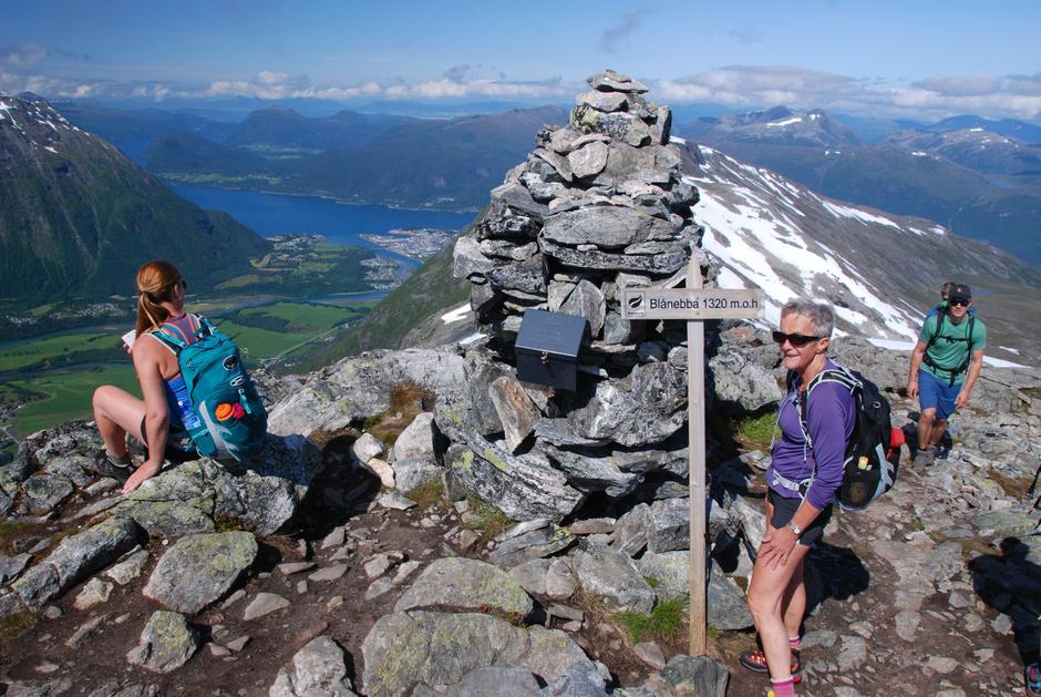 På toppen av Blånebba, mot Åndalsnes og Isfjorden