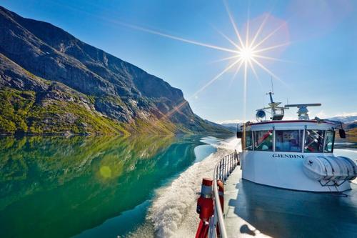 BÅT PÅ TOPPTUR: 1000 meter over havet og 200 meter fra nærmeste kyst kan du 11.juni ta båten på toppskitur midt i Jotunheimen
