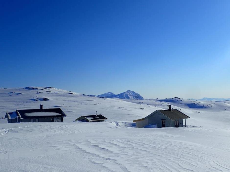 Her ser vi tydelig gammelhytta på Haakonsbu (til høyre), som nå skal gjennomgå større rehabilitering og påbygging.