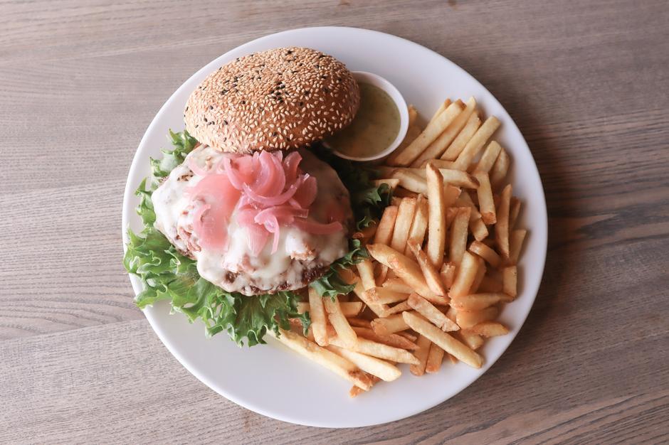 En av signaturrettene fra kjøkkenet på Haukeliseter: fjellburger med geitost fra Lega