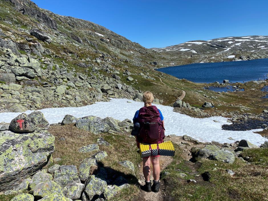 Finse-Krækkja: Kun noen få snøflekker igjen nå. Disse er greie å gå på, men man kan tråkke litt igjennom. Bildet er tatt 27. juni 2021.