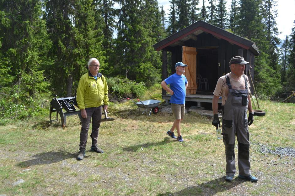 Lars, Tom Harald og Per Harald utenfor Kittilbua