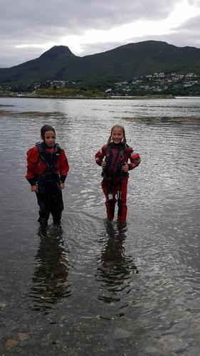 Glade jenter etter en ny opplevelse med bading i tørrdrakt.
