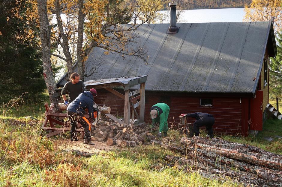 Her er det vedjobbing på Jægervasshytta på høstens dugnad!