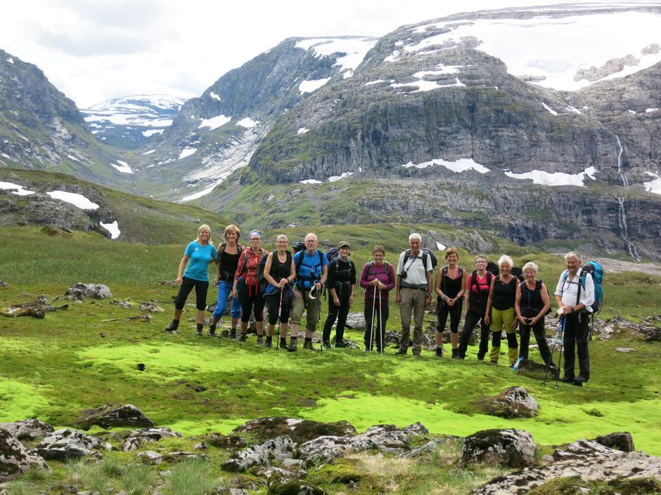 Heile gjengen i Fagredalen, med Blådals-skaret i bakgrunnen.