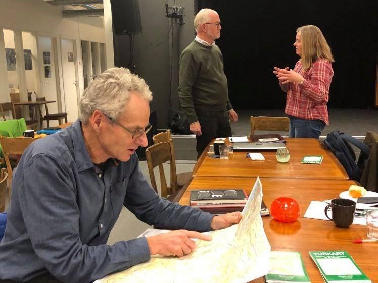 Erik Hanssveen, leder i sti- og løypekomiteen, presenterer det nye kartet