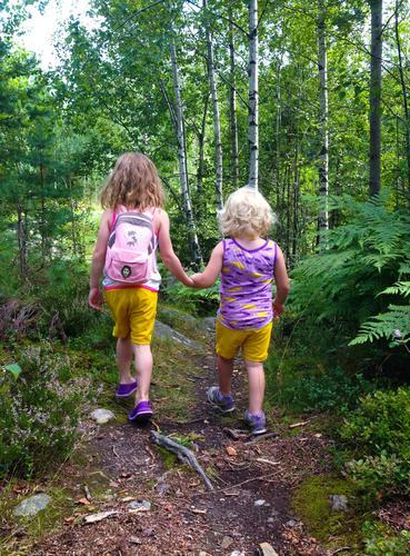 I skogen i Melkåsen (Drangedal, Telemark). De gode venninnene og søskenbarna hjelper hverandre på stien.