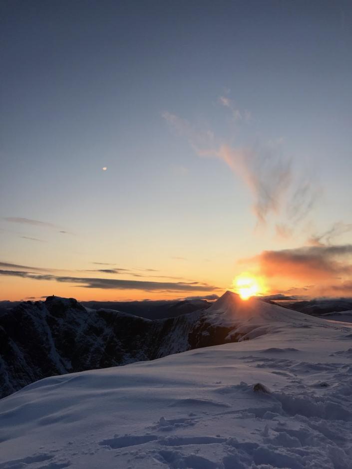 Fredag 6.9: litt snø på Skåla. Dekke fra ca. 1300 moh.