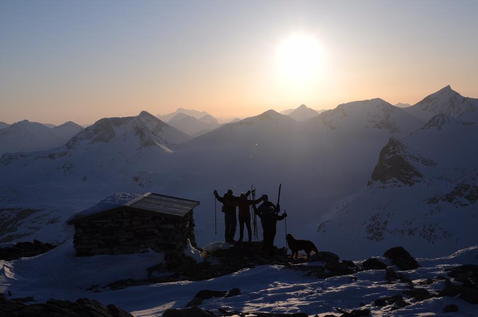 SYV BLÅNER: Lite slår utsikten fra toppen av Surtningssue - Norges 7.høyeste fjell. Det måtte i så fall være skikjøringen ned fra toppunktet på 2368 meter over havet og nesten helt ned til Gjende drøye 1300 høydemeter lavere.