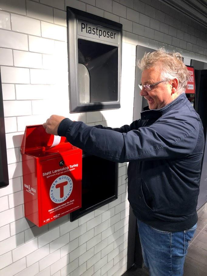 Første kunde støtter Lørenskog Turlag med pantelappen