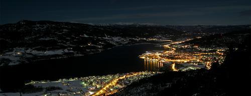 Notodden på nattestid med Lifjell i bakgrunnen.