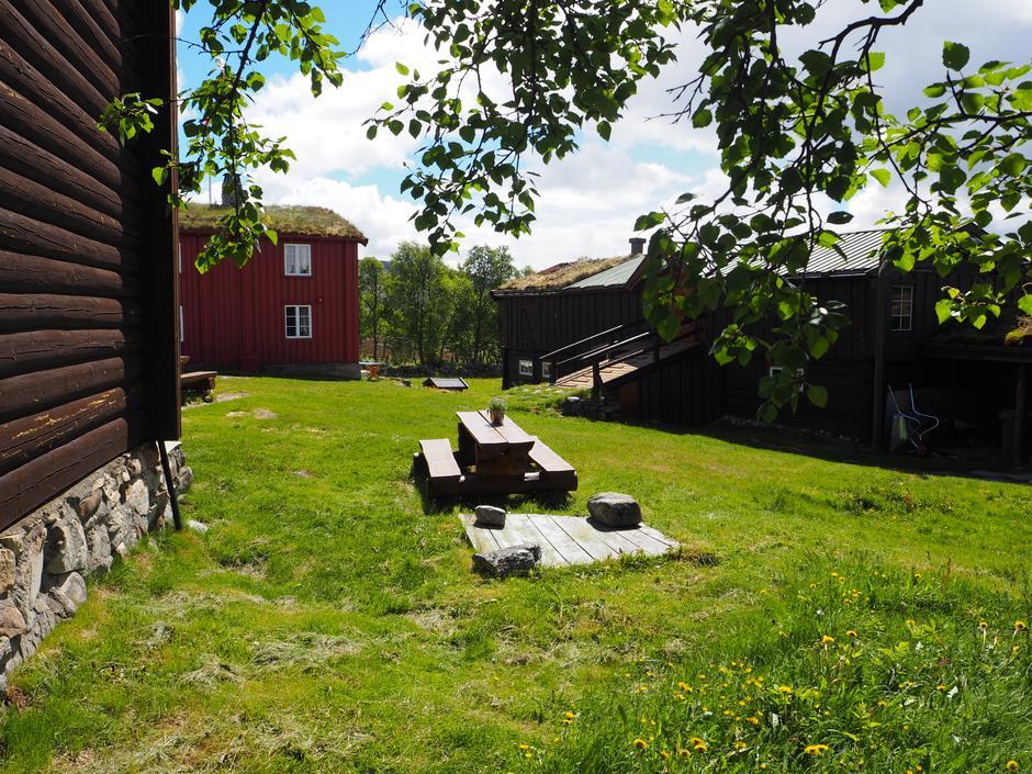 Noe av det vakre tunet på Svukuriset med Hovedhuset, Sovehuset og Låven.