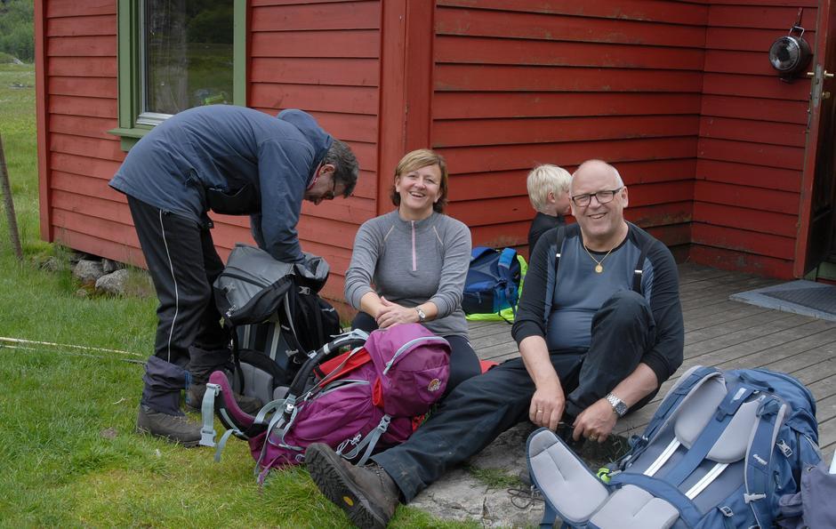 Vel framme ved hytta. Målfrid Tjora og Odd Erik Haugstulen puster ut.