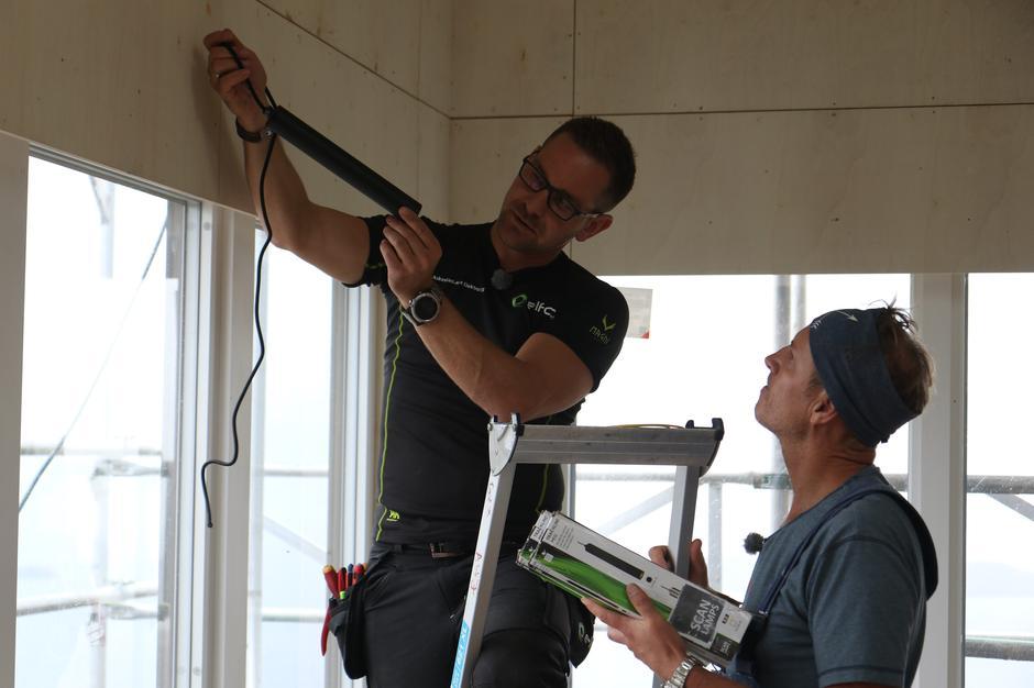 Montering av lys. Programleder Halvor Bakke bistår montøren.