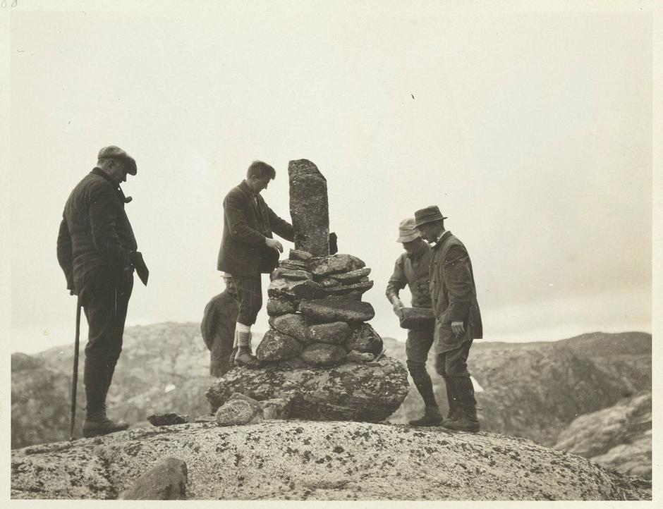 Vardebygging ved Blåfjell. Konsul E. Berentsen t.v.